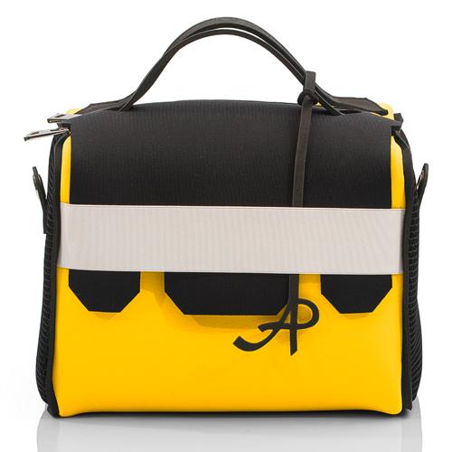 Una borsa modello Beauty Case Neon della collezione AP di Artpelle
