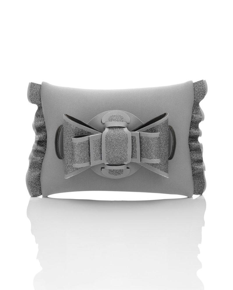 Pochette è una pochette in materiale effetto neoprene della linea Chérie Lumière Chérie di AP bag - by Artpelle