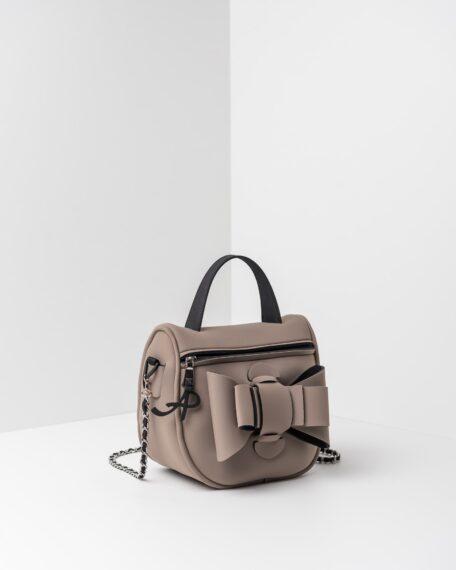 La foto ritrae una borsa modello bauletto della linea Chérie di APbag. Si tratta di una borsa lavabile effetto neoprene, disegnata da Stefano Galandrini, prodotta e distribuita da Artpelle.it La borsa è di colore taupe.