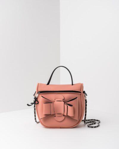La foto ritrae una borsa modello bauletto della linea Chérie di APbag. Si tratta di una borsa lavabile effetto neoprene, disegnata da Stefano Galandrini, prodotta e distribuita da Artpelle.it La borsa è di colore rosa pig.
