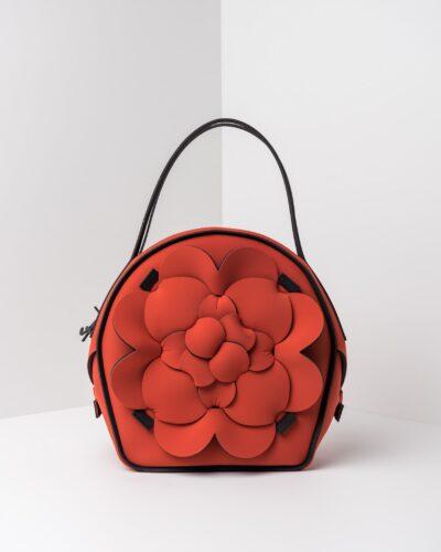 La foto ritrae una borsa modello chapelier della linea Dalì di APbag. Si tratta di una borsa lavabile effetto neoprene, disegnata da Stefano Galandrini, prodotta e distribuita da Artpelle.it La borsa è di colore cotto.