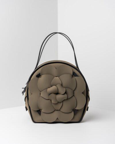 La foto ritrae una borsa modello chapelier della linea Dalì di APbag. Si tratta di una borsa lavabile effetto neoprene, disegnata da Stefano Galandrini, prodotta e distribuita da Artpelle.it La borsa è di colore verde militare.