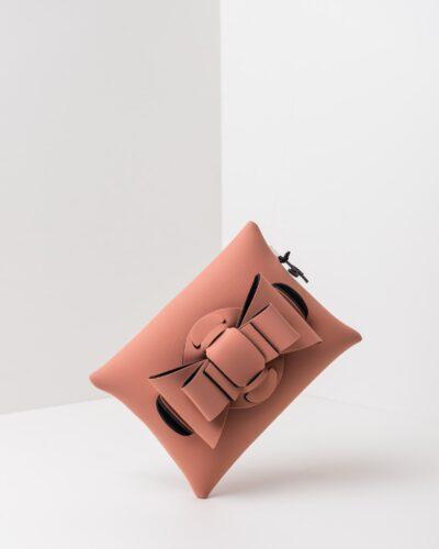 La foto ritrae una borsa modello pochette della linea Chérie di APbag. Si tratta di una borsa lavabile effetto neoprene, disegnata da Stefano Galandrini, prodotta e distribuita da Artpelle.it La borsa è di colore rosa pig.