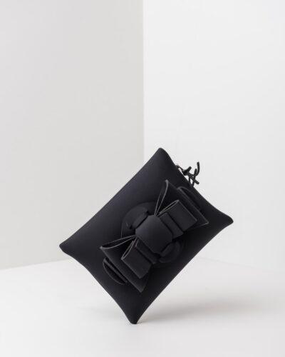 La foto ritrae una borsa modello pochette della linea Chérie di APbag. Si tratta di una borsa lavabile effetto neoprene, disegnata da Stefano Galandrini, prodotta e distribuita da Artpelle.it La borsa è di colore nero.