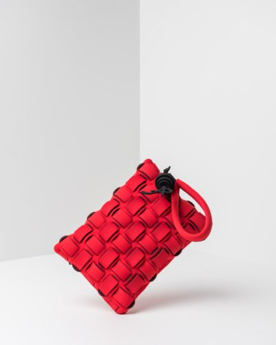 La foto ritrae una borsa modello pochette della linea Madison di APbag. Si tratta di una borsa lavabile effetto neoprene con lavorazione a trama intrecciata, disegnata da Stefano Galandrini, prodotta e distribuita da Artpelle.it La borsa è di colore rosso.