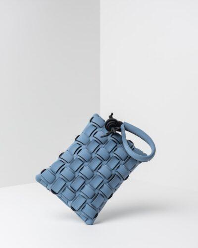 La foto ritrae una borsa modello pochette della linea Madison di APbag. Si tratta di una borsa lavabile effetto neoprene con lavorazione a trama intrecciata, disegnata da Stefano Galandrini, prodotta e distribuita da Artpelle.it La borsa è di colore carta da zucchero.