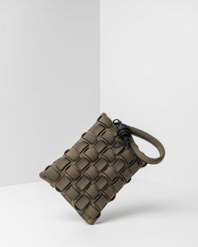 La foto ritrae una borsa modello pochette della linea Madison di APbag. Si tratta di una borsa lavabile effetto neoprene con lavorazione a trama intrecciata, disegnata da Stefano Galandrini, prodotta e distribuita da Artpelle.it La borsa è di colore verde militare.