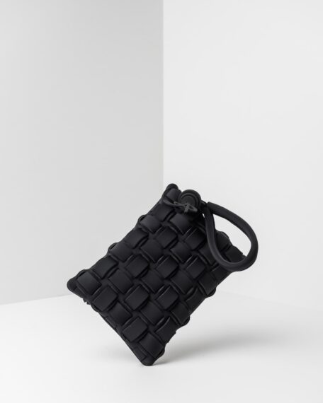 La foto ritrae una borsa modello pochette della linea Madison di APbag. Si tratta di una borsa lavabile effetto neoprene con lavorazione a trama intrecciata, disegnata da Stefano Galandrini, prodotta e distribuita da Artpelle.it La borsa è di colore nero.