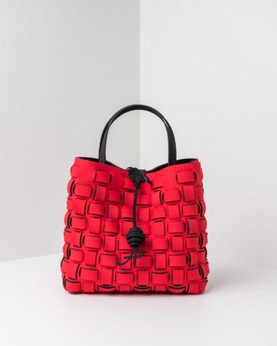 La foto ritrae una borsa modello shopping della linea Madison di APbag. Si tratta di una borsa lavabile effetto neoprene con lavorazione a trama intrecciata, disegnata da Stefano Galandrini, prodotta e distribuita da Artpelle.it La borsa è di colore rosso.