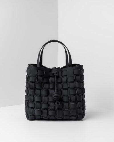 La foto ritrae una borsa modello shopping della linea Madison di APbag. Si tratta di una borsa lavabile effetto neoprene con lavorazione a trama intrecciata, disegnata da Stefano Galandrini, prodotta e distribuita da Artpelle.it La borsa è di colore nero.