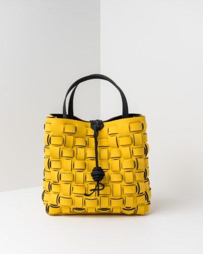 La foto ritrae una borsa modello shopping della linea Madison di APbag. Si tratta di una borsa lavabile effetto neoprene con lavorazione a trama intrecciata, disegnata da Stefano Galandrini, prodotta e distribuita da Artpelle.it La borsa è di colore giallo.