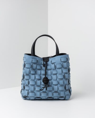 La foto ritrae una borsa modello shopping della linea Madison di APbag. Si tratta di una borsa lavabile effetto neoprene con lavorazione a trama intrecciata, disegnata da Stefano Galandrini, prodotta e distribuita da Artpelle.it La borsa è di colore carta da zucchero.