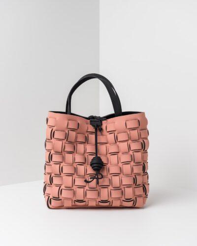 La foto ritrae una borsa modello shopping della linea Madison di APbag. Si tratta di una borsa lavabile effetto neoprene con lavorazione a trama intrecciata, disegnata da Stefano Galandrini, prodotta e distribuita da Artpelle.it La borsa è di colore rosa pig.