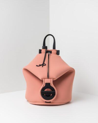 La foto ritrae uno zaino della linea Gala di APbag. Si tratta di una borsa lavabile effetto neoprene disegnata da Stefano Galandrini, prodotta e distribuita da Artpelle.it Lo zaino è di colore rosa pig.