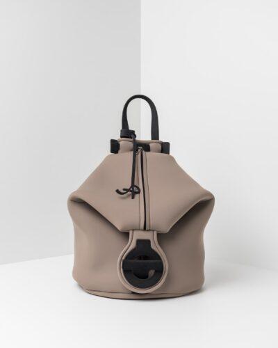 La foto ritrae uno zaino della linea Gala di APbag. Si tratta di una borsa lavabile effetto neoprene disegnata da Stefano Galandrini, prodotta e distribuita da Artpelle.it Lo zaino è di colore taupe.