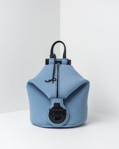 La foto ritrae uno zaino della linea Gala di APbag. Si tratta di una borsa lavabile effetto neoprene disegnata da Stefano Galandrini, prodotta e distribuita da Artpelle.it Lo zaino è di colore carta da zucchero.