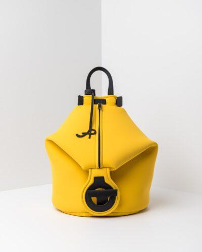La foto ritrae uno zaino della linea Gala di APbag. Si tratta di una borsa lavabile effetto neoprene disegnata da Stefano Galandrini, prodotta e distribuita da Artpelle.it Lo zaino è di colore giallo.