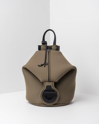 La foto ritrae uno zaino della linea Gala di APbag. Si tratta di una borsa lavabile effetto neoprene disegnata da Stefano Galandrini, prodotta e distribuita da Artpelle.it Lo zaino è di colore verde militare.